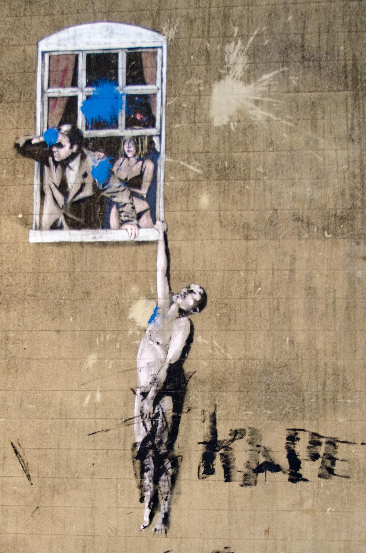 homme-nu-suspendu-banksy