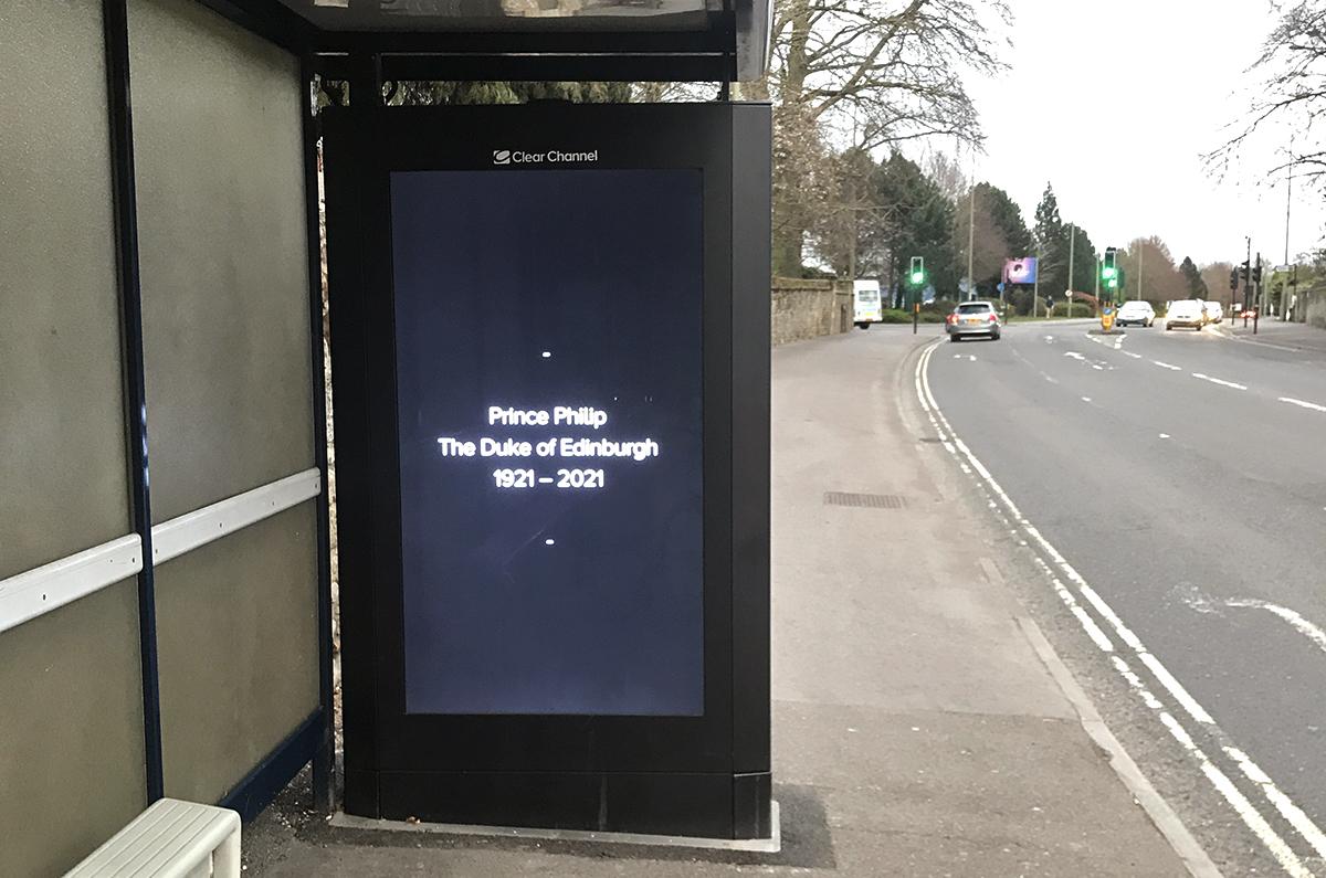 Panneau publicitaire noir
