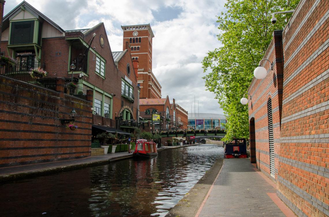 Bâtiments en pierres rouges le long d'un canal