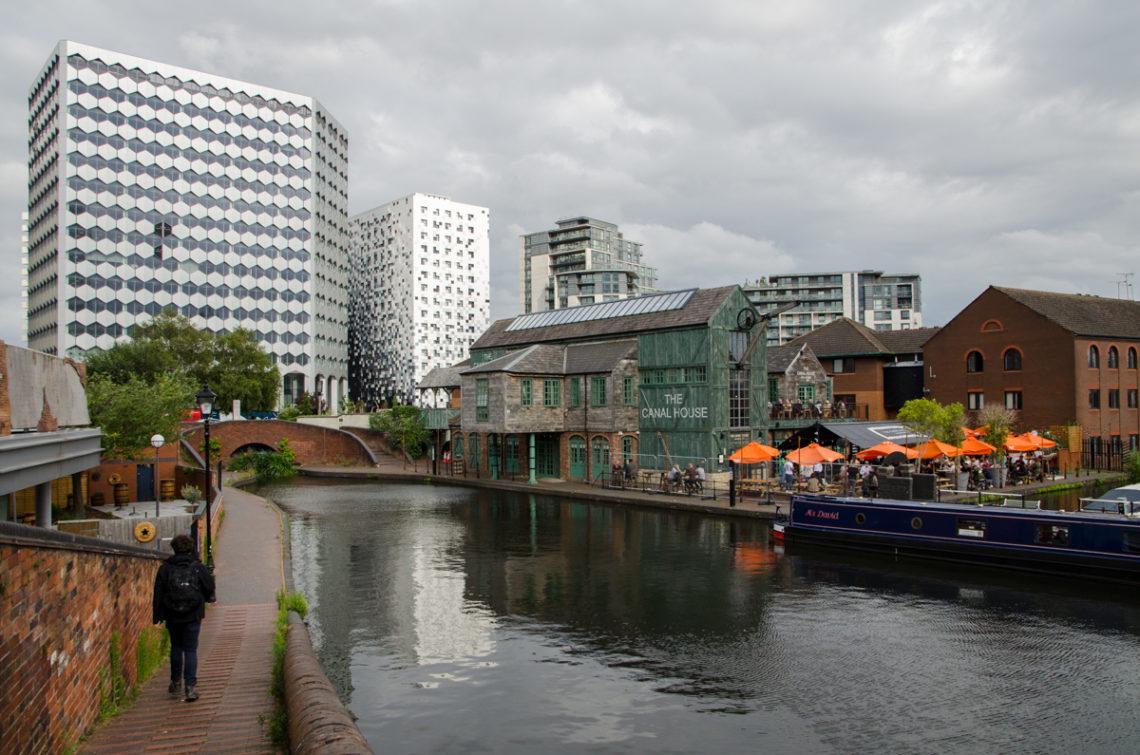 Bâtiments au bord d'un canal