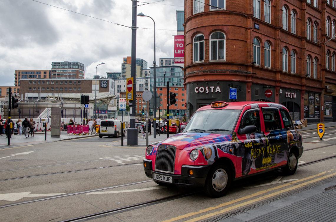 Taxi dans une rue commerçante