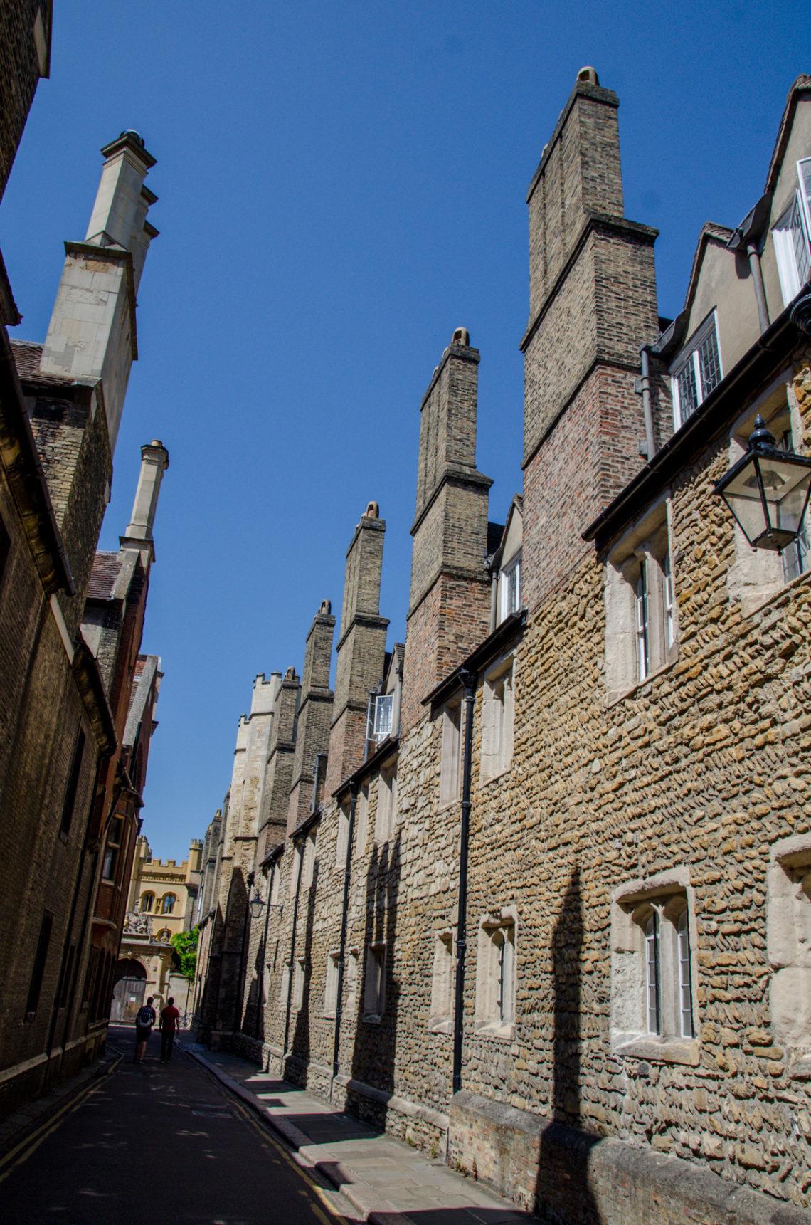 Rue avec hauts bâtiments en pierre