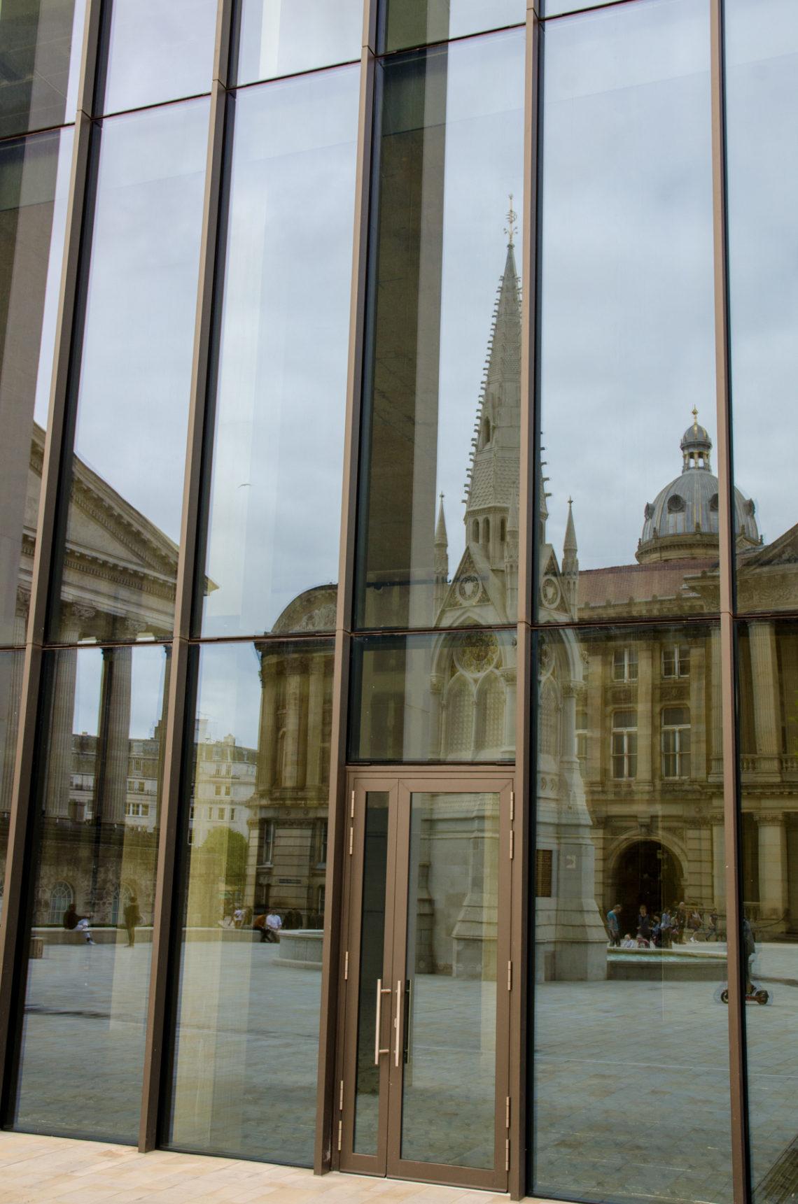 Reflet de bâtiments sur une façade