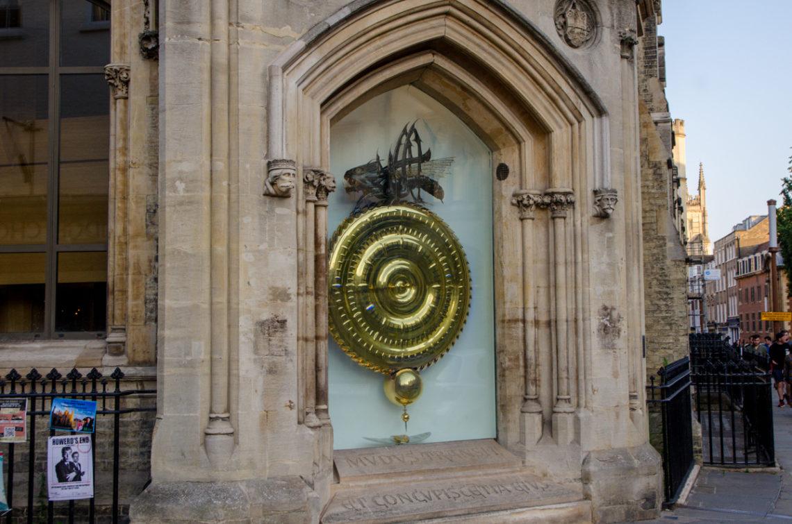 Horloge dorée surmontée d'une sauterelle