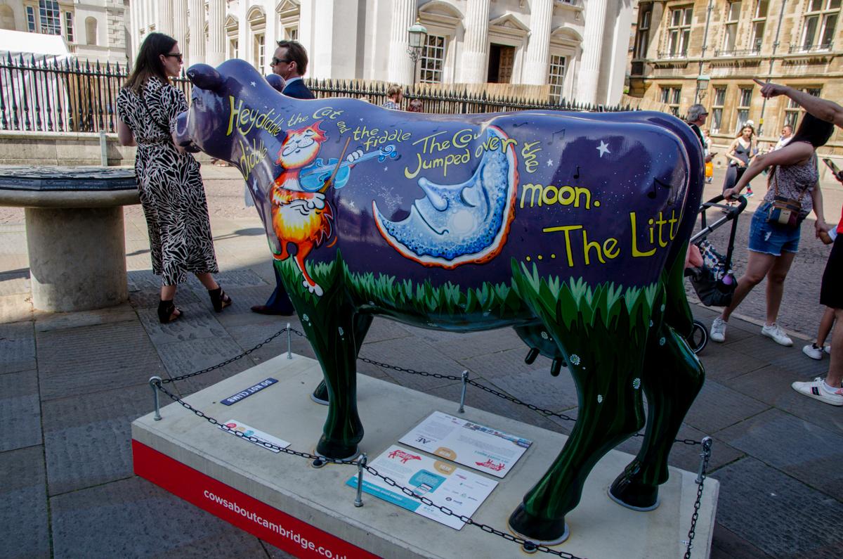 Sculpture de vache décorée