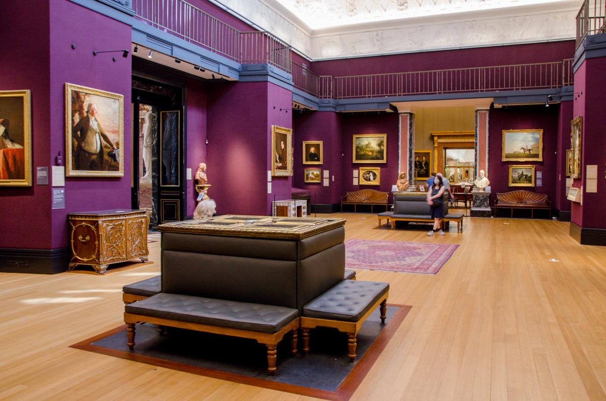 Salle de musée avec tableaux