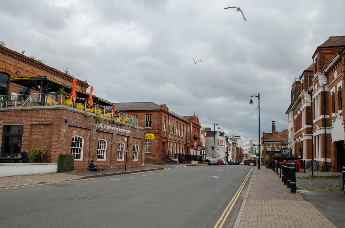 Rue avec bâtiments en pierres rouges