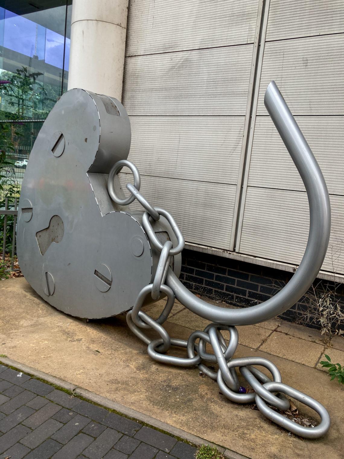 Sculpture de cadenas en forme de coeur