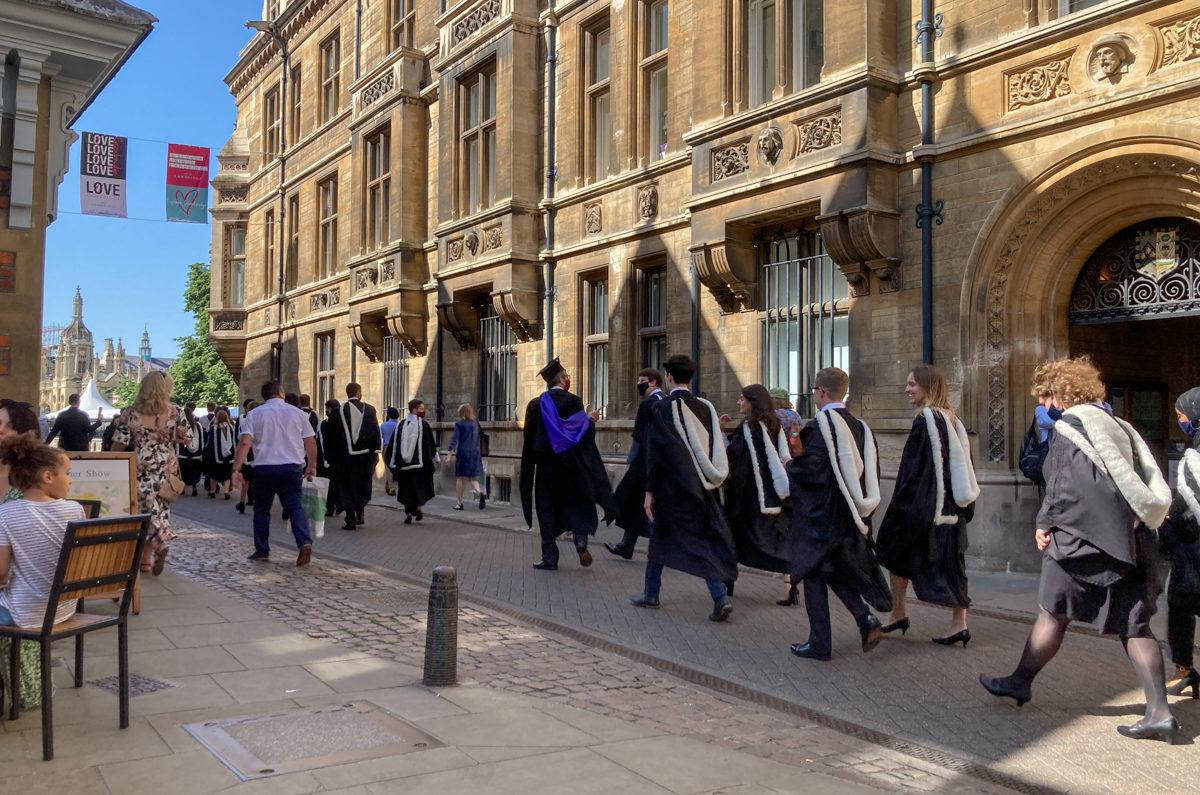 Etudiants en toge qui marchent