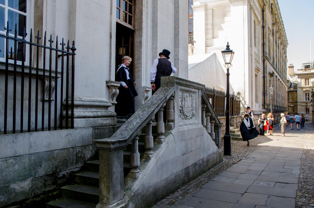 Deux personnes en haut d'un escalier