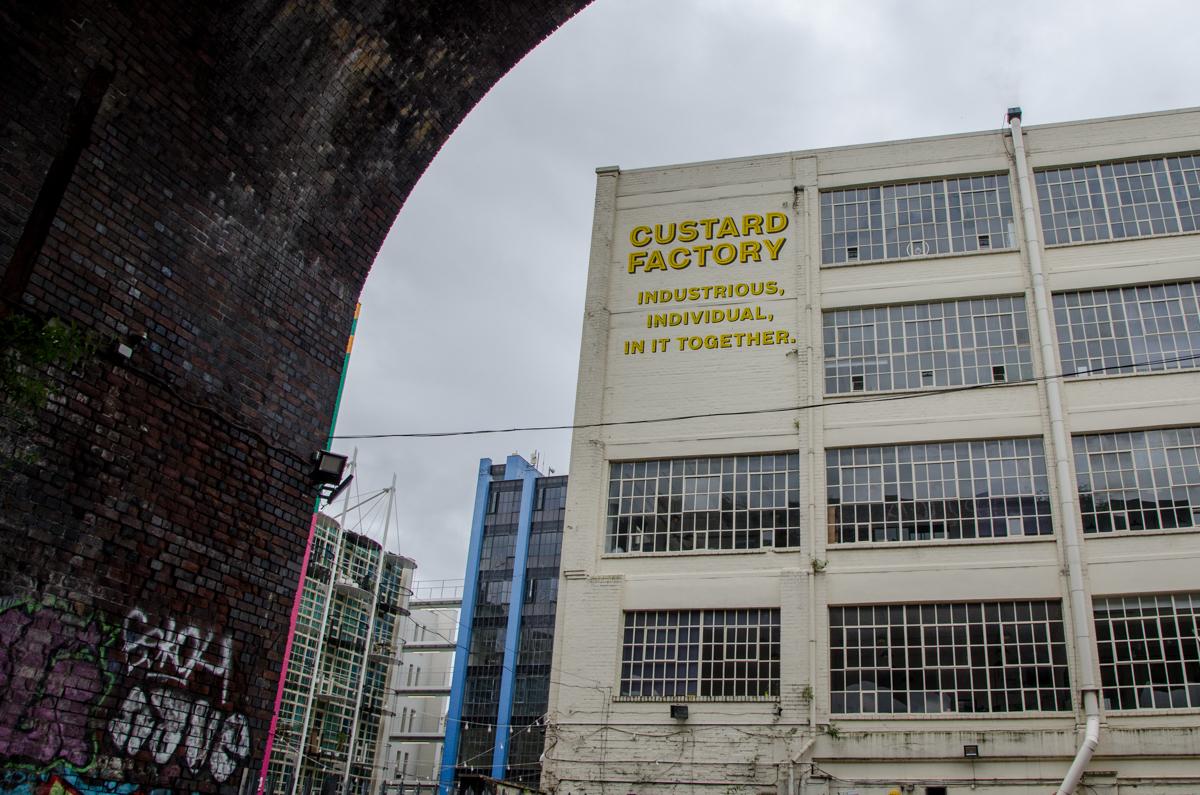 "Bâtiment avec enseigne ""Custard factory"""