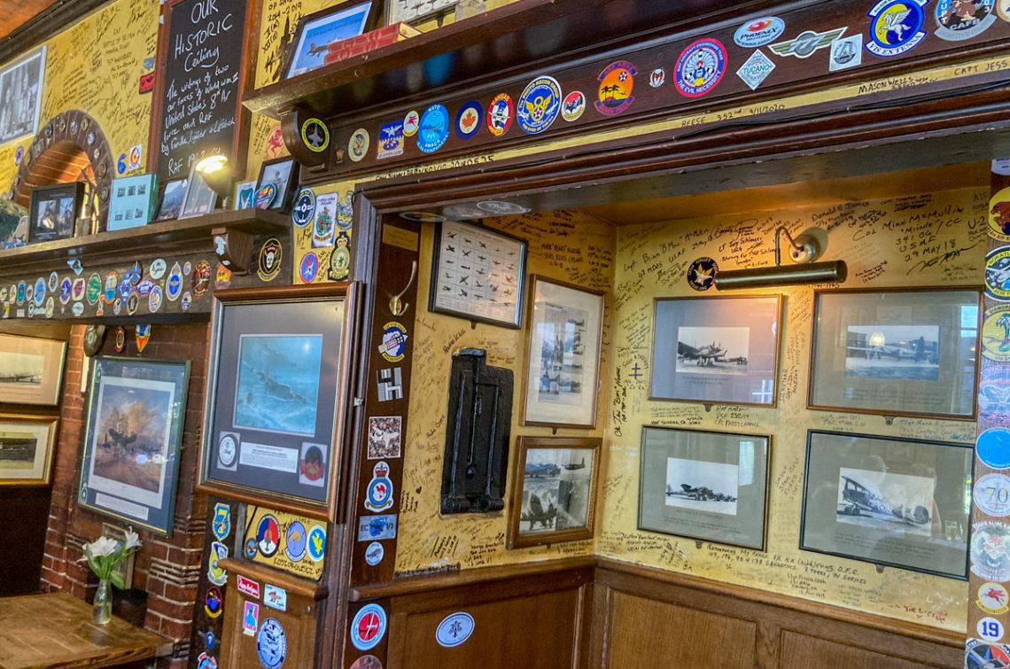 Mur avec des tableaux, badges et signatures